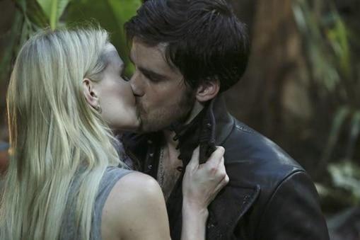 Emma (Jennifer Morrison) and Hook (Colin O'Donoghue) kissing Photo: ABC