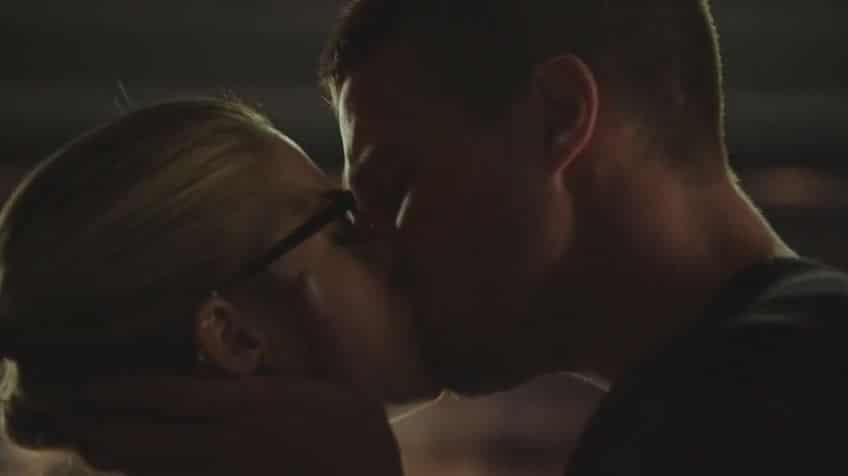 Oliver and Felicity kiss