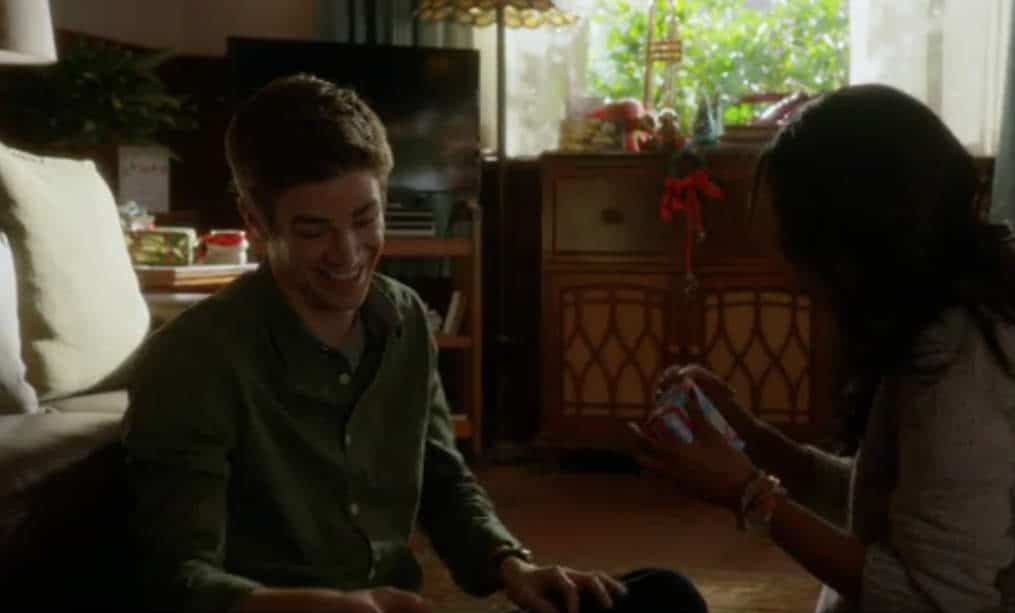 The Flash E9 Screencap (Barry and Iris Exchange Gifts)