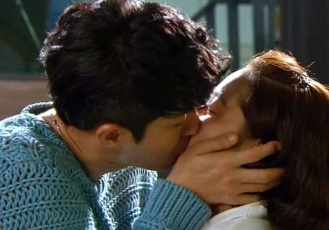 20 Romantic Korean Drama Kisses!