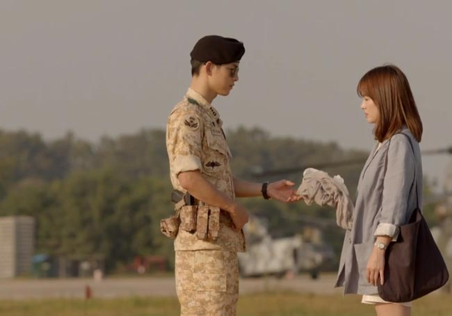 Yoo Shi-Jin hands Kang Mo-Yeon her scarf; Descendants of the Sun