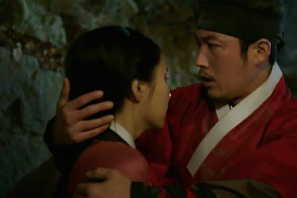 Chae-Yoon protects Dam-Seo. Photo: SBS