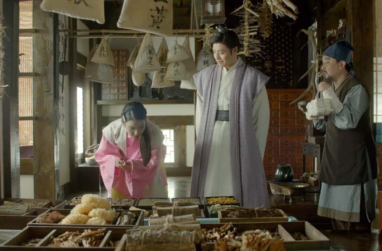 Hae-Soo and 8th Prince shopping